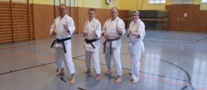 4 Karateka stehen im Dojo